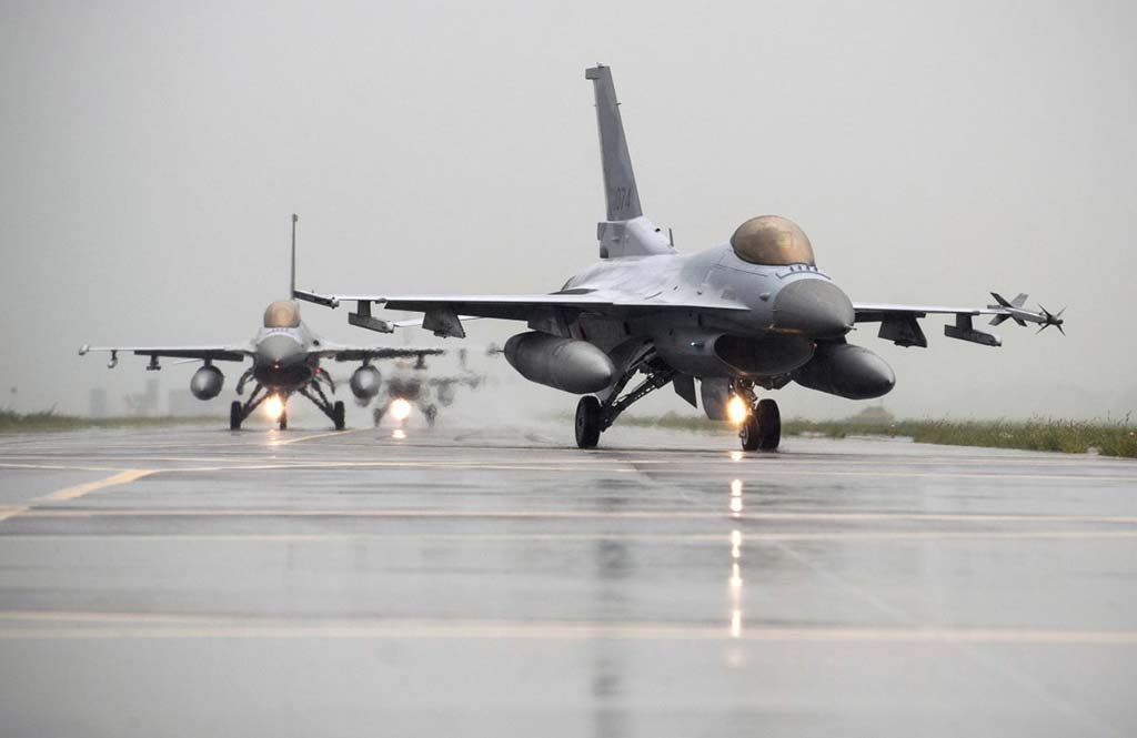 F-16 Fighting Falcons from Kunsan Air Base and South Korean KF-16s taxi to the runway together during an exercise in South Korea on Aug. 21, 2014. (Photoby USAF)